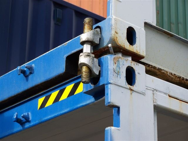 Spojenie kontajnerov mostnou svorkou
